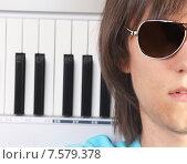 Портрет молодого человека в солнцезащитных очках с фортепиано. Стоковое фото, фотограф Alexey Matushkov / Фотобанк Лори