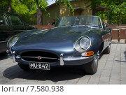 Купить «Темно-синий Jaguar E-type крупным планом», фото № 7580938, снято 13 июня 2015 г. (c) Виктор Карасев / Фотобанк Лори