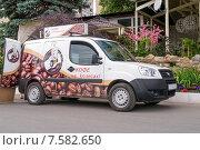 Купить «Автомобиль продающий варёный кофе на улице», фото № 7582650, снято 12 июня 2015 г. (c) Леонид Ардаткин / Фотобанк Лори