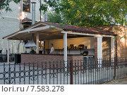 Купить «Летняя кухня на территории ресторана», фото № 7583278, снято 20 мая 2015 г. (c) Ольга Алексеенко / Фотобанк Лори