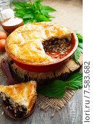 Купить «Пирог с крапивой, рисом и консервированной сайрой в керамической форме на деревянном столе», фото № 7583682, снято 3 июня 2015 г. (c) Надежда Мишкова / Фотобанк Лори
