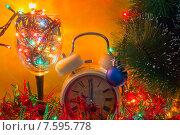Бокал с ёлочными гирляндами, будильник и Рождественская елка. Стоковое фото, фотограф Alexander Alexeev / Фотобанк Лори