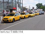 Купить «Такси у Курского вокзала, Москва», фото № 7600114, снято 15 июня 2015 г. (c) Володина Ольга / Фотобанк Лори