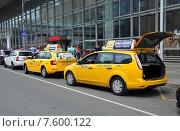Купить «Несколько желтых машин такси возле Курского вокзала в Москве», фото № 7600122, снято 15 июня 2015 г. (c) Володина Ольга / Фотобанк Лори