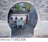 Купить «Турист в Китайском парке», фото № 7602526, снято 1 ноября 2014 г. (c) Василий Кочетков / Фотобанк Лори