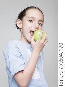 Купить «Девочка кусает зеленое яблоко», фото № 7604170, снято 13 мая 2015 г. (c) Дмитрий Булин / Фотобанк Лори