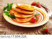 Купить «Домашние оладьи с медом и клубникой на тарелке», фото № 7604326, снято 24 июня 2015 г. (c) Надежда Мишкова / Фотобанк Лори