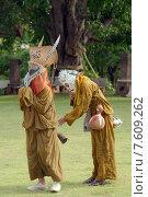 Люди танцуют в масках призраков на фестивале масок Пхи Та Хон, который проводится ежегодно в 7-ой месяц лунного календаря (июнь), в древнем храме Wat Phon Chai, Amphoe Dan Sai, Провинция Лоэ, Таиланд. Редакционное фото, фотограф Некрасов Андрей / Фотобанк Лори