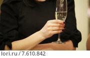 Купить «Бокал с шампанским в руках», видеоролик № 7610842, снято 30 марта 2015 г. (c) Потийко Сергей / Фотобанк Лори