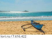 Туземная лодка на песчаном берегу Индийского океана. Шри-Ланка. Знаменитый пляж Nilaveli на северо-востоке страны (2015 год). Стоковое фото, фотограф Владимир Сергеев / Фотобанк Лори