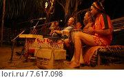 Купить «Группа людей с африканскими барабанами», видеоролик № 7617098, снято 27 июня 2015 г. (c) Василий Кочетков / Фотобанк Лори