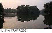Купить «Деревья отражаются в воде озера», видеоролик № 7617206, снято 27 июня 2015 г. (c) Василий Кочетков / Фотобанк Лори