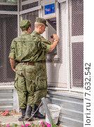Солдаты получают деньги по карточке в банкомате (2015 год). Редакционное фото, фотограф Гетманец Инна / Фотобанк Лори
