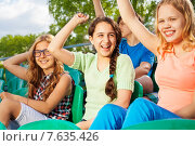 Купить «Счастливые подростки болеют за команду сидя на трибуне», фото № 7635426, снято 10 мая 2015 г. (c) Сергей Новиков / Фотобанк Лори