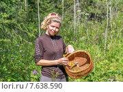 Женщина с плетеной корзинкой в лесу, фото № 7638590, снято 10 августа 2014 г. (c) Евгений Ткачёв / Фотобанк Лори
