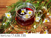 Чашка с чаем и цветами ромашки на деревянной поверхности. Стоковое фото, фотограф Татьяна Белова / Фотобанк Лори