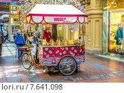 Купить «Передвижной киоск в ГУМе по продаже фирменного мороженого. Москва», фото № 7641098, снято 5 мая 2015 г. (c) Владимир Сергеев / Фотобанк Лори