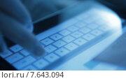 Купить «Онлайн покупка с помощью кредитной карты», видеоролик № 7643094, снято 5 июля 2015 г. (c) Валерия Потапова / Фотобанк Лори