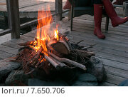Campfire on dock, Lake of The Woods, Ontario, Canada. Стоковое фото, фотограф Keith Levit / Ingram Publishing / Фотобанк Лори