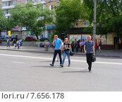 Купить «Люди переходят дорогу в неположенном месте, улица Грекова, район Медведково, Москва», эксклюзивное фото № 7656178, снято 30 июня 2015 г. (c) lana1501 / Фотобанк Лори