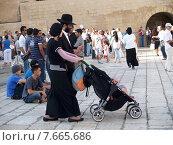 Купить «Традиционная ортодоксальная иудейская семья с ребенком на площади перед Стеной Плача. Иерусалим, Израиль», фото № 7665686, снято 9 октября 2012 г. (c) Ирина Борсученко / Фотобанк Лори