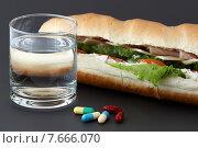 Таблетки, стакан воды и сандвич. Стоковое фото, фотограф Alexey Matushkov / Фотобанк Лори