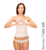 Купить «woman forming heart shape», фото № 7666398, снято 25 июля 2013 г. (c) Syda Productions / Фотобанк Лори