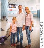 Купить «Портрет семьи с чемоданами в аэропорту», фото № 7675418, снято 26 мая 2019 г. (c) Дарья Петренко / Фотобанк Лори
