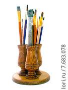 Кисти для рисования в деревянной подставке на белом фоне. Стоковое фото, фотограф Alexander Alexeev / Фотобанк Лори