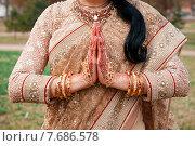 Девушка в сари со сложенными ладонями (2015 год). Редакционное фото, фотограф Виталий Харин / Фотобанк Лори