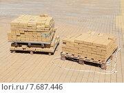 Купить «Мощение улицы тротуарной плиткой», фото № 7687446, снято 9 июня 2015 г. (c) Игорь Долгов / Фотобанк Лори