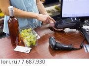 Купить «Woman at cash register paying with credit card», фото № 7687930, снято 21 января 2015 г. (c) Wavebreak Media / Фотобанк Лори