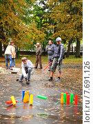 Дети играют в городки (2014 год). Редакционное фото, фотограф Михаил Хорошкин / Фотобанк Лори