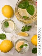 Освежающий лимонад со льдом и мятой. Стоковое фото, фотограф Ника Денова / Фотобанк Лори