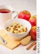 Пшенная каша с яблоками и изюмом. Стоковое фото, фотограф Ника Денова / Фотобанк Лори