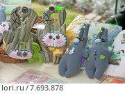 Разные тряпичные куклы ручной работы, в виде животных, на ярмарочной распродаже (2015 год). Редакционное фото, фотограф Svet / Фотобанк Лори