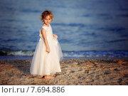 Девочка в белом платье гуляет по берегу моря. Стоковое фото, фотограф Olena Kravchuk / Фотобанк Лори
