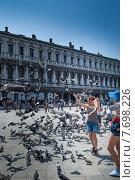 Кормление голубей на площади Сан Марко в Венеции (2012 год). Редакционное фото, фотограф Валерий Апальков / Фотобанк Лори