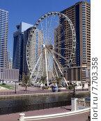 Колесо обозрения на набережной лагуны в городе Шарджа, ОАЭ (2014 год). Стоковое фото, фотограф SevenOne / Фотобанк Лори