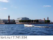 Белый катер на Стрелке Васильевского острова (2014 год). Редакционное фото, фотограф Andrei Leventcov / Фотобанк Лори