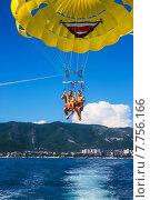 Купить «Счастливая семья с малышом летит на парашюте над морем», фото № 7756166, снято 21 февраля 2018 г. (c) Светлана Кузнецова / Фотобанк Лори