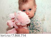 Купить «Маленькая девочка с плюшевым мишкой», фото № 7868714, снято 27 ноября 2014 г. (c) Морозова Татьяна / Фотобанк Лори