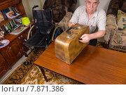 Пожилой мужчина с футляром для швейной машины. Стоковое фото, фотограф Вячеслав Николаенко / Фотобанк Лори