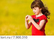Маленькая девочка в красном платье. Стоковое фото, фотограф Оксюта Виктор / Фотобанк Лори