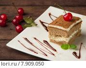 Бисквитное пирожное  с кремом и вишней. Стоковое фото, фотограф Ника Денова / Фотобанк Лори