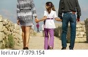 Купить «Семья из трех человек  на экскурсии», видеоролик № 7979154, снято 21 июня 2015 г. (c) Tatiana Kravchenko / Фотобанк Лори