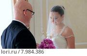 Купить «Жених встречает невесту», видеоролик № 7984386, снято 18 июня 2015 г. (c) Tatiana Kravchenko / Фотобанк Лори