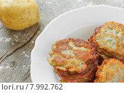 Купить «Золотистые обжаренные картофельные оладьи на тарелке», фото № 7992762, снято 23 июля 2015 г. (c) Андрей С / Фотобанк Лори