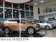 Купить «Москва, продажа новых автомобилей KIA», эксклюзивное фото № 8023074, снято 21 июля 2015 г. (c) Дмитрий Неумоин / Фотобанк Лори