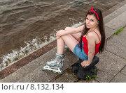 Купить «Молодая девушка в роликах сидит на набережной у самой воды. Санкт-Петербург», фото № 8132134, снято 20 июня 2015 г. (c) Ивашков Александр / Фотобанк Лори